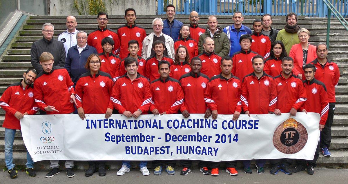 A Nemzetközi Edzőképző Tanfolyam csoportfotózása