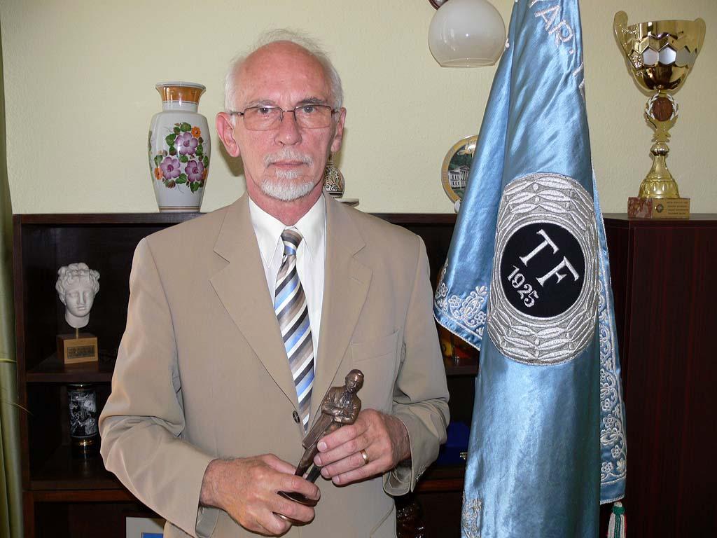 Eötvös József-díj Dr. Tihanyi Józsefnek (hírek)