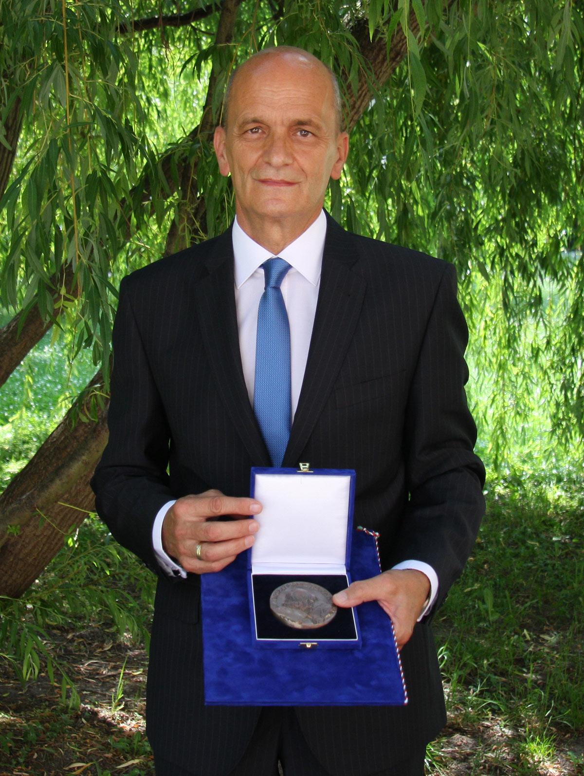 Gunda András kitüntetése