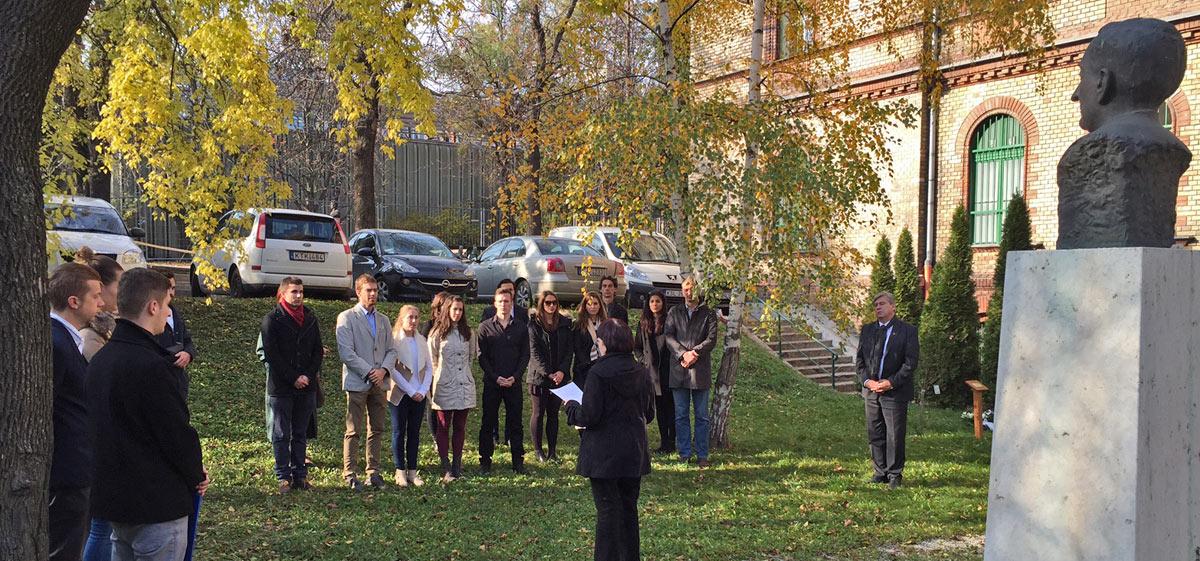 Koszorúzás Klebelsberg Kuno szobránál